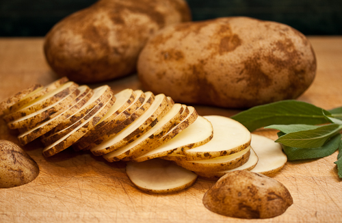 Remove sun tan with potatoes